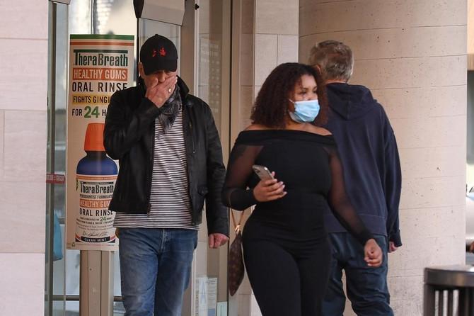 Brus Vilis napušta apoteku u Los Anđelesu