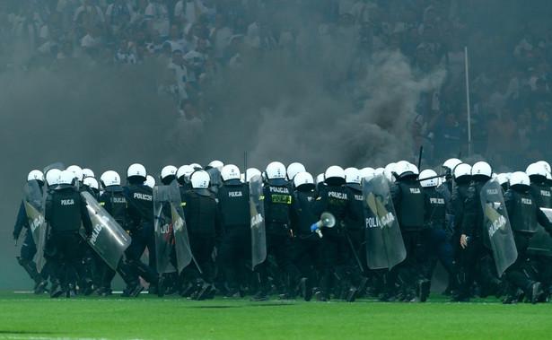 Mecz Lecha Poznań z Legią Warszawa został przerwany z powodu niewłaściwego zachowania miejscowych kibiców przy stanie 2:0 dla gości.