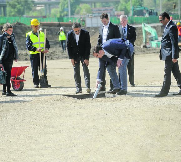 Vučić ubacuje vremensku kapsulu u temelj