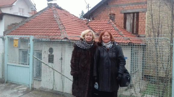 Gorica Lazić i  Zorica Vuković-Vujović ispred kuće Milunke Savić