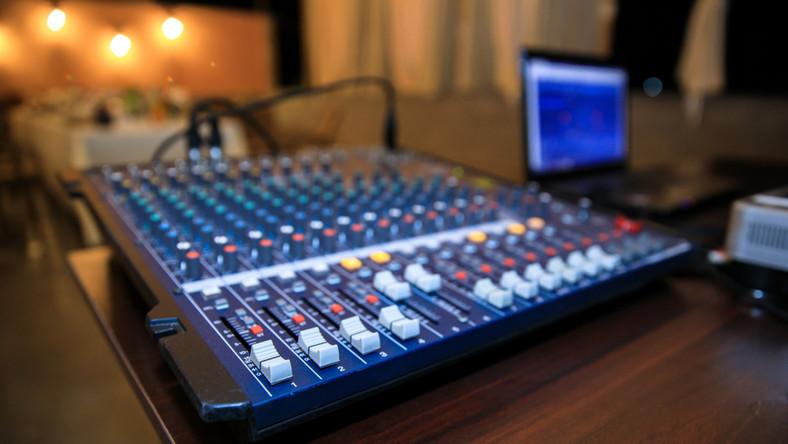 Stół mikserski w rozgłośni radiowej