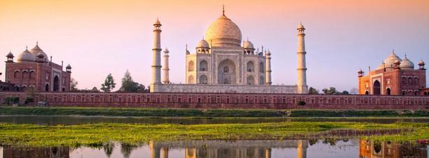 3. miejsce: Tadż Mahal - – indyjskie mauzoleum wzniesione przez Szahdżahana z dynastii Wielkich Mogołów, na pamiątkę przedwcześnie zmarłej, ukochanej żony Mumtaz Mahal. Obiekt bywa nazywany świątynią miłości.
