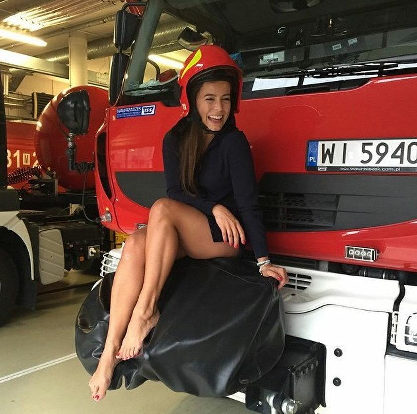 Anna Mucha pokazuje nogi na wozie strażackim
