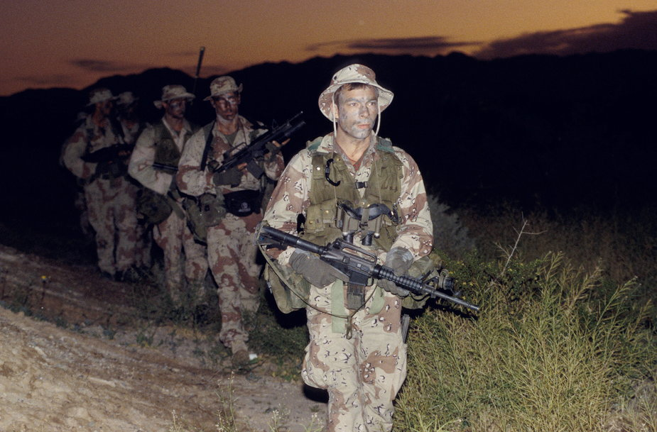 Komandosi amerykańskiej marynarski wojennej SEALs podczas ćwiczeń tuż po atakach 11 września 2001 r.