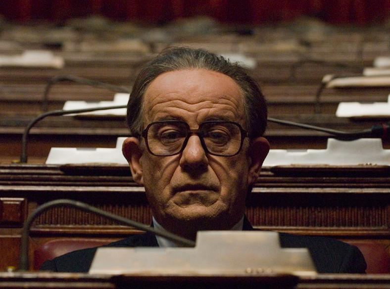 """Tony Servillo jako Czarny Papież włoskiej polityki w filmie """"Boski"""""""