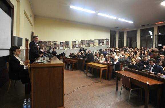 Dekan Pravnog fakulteta u Beogradu Sima Avramović i profesorka Smilja Avramov na proslavi njenog 100. rođendana