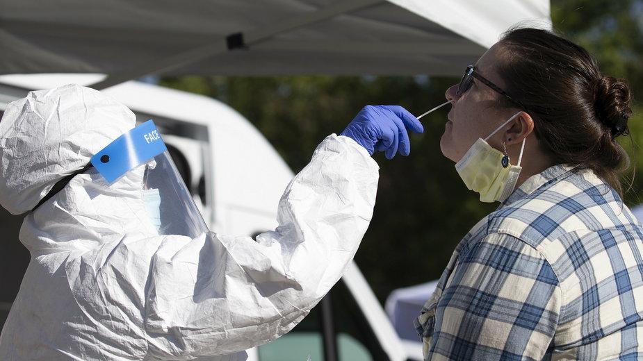 Przeprowadzanie testu na obecność koronawirusa w Bostonie