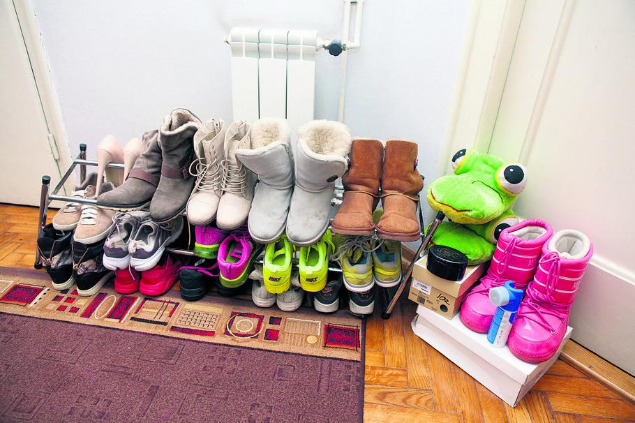 U hodniku brdo obuće