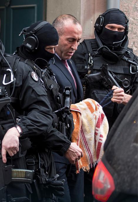 Ramuš Haradinaj će u Francuskoj sačekati konačni ishod srpskog zahteva za izručenje po poternici raspisanoj zbog ratnih zločina koje je počinio nad nealbanskim stanovništvom.
