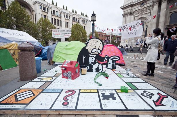 Instalacja artysty Banksy'ego wystawiona w czasie protestów Occupy London.