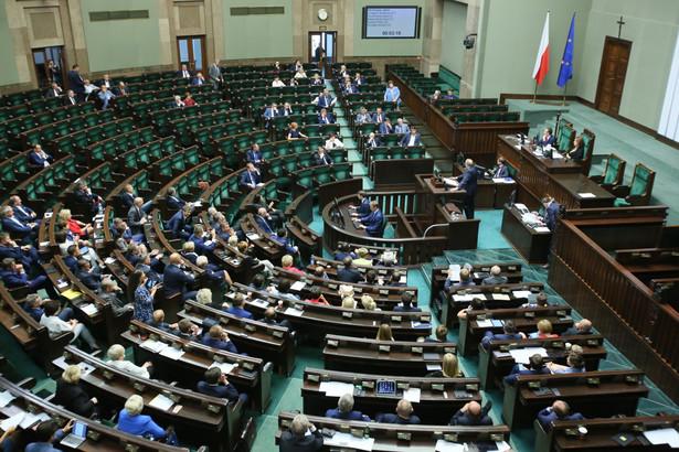 W Sejmie odbywa się trzecie czytanie projektu nowelizacji o USP autorstwa posłów PiS - trwają głosowania nad kilkudziesięcioma poprawkami do projektu.
