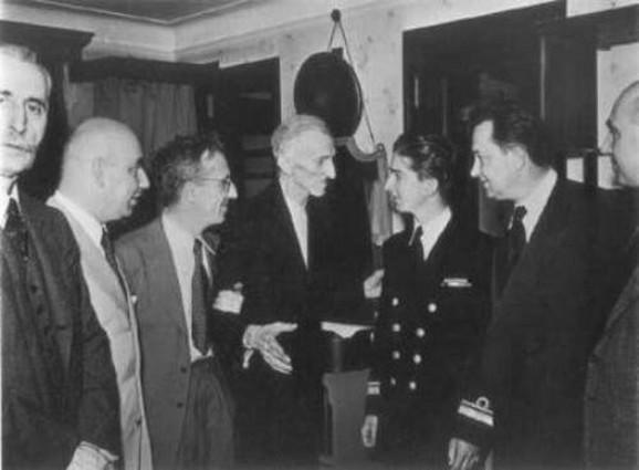 Poslednja fotografija – Nikola Tesla (u sredini) u društvu Save Kosanovića (levo, drži Teslu pod ruku) i Petra II Karađorđevića (desno)