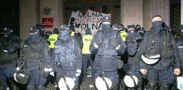 Protest Strajku Kobiet w Warszawie. Ulice zakorkowane, są zatrzymania