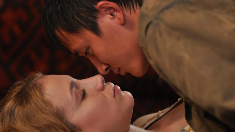 """Związek pięknej kobiety z Zachodu i chłopca z kazachskiej wioski nie może mieć przed sobą jakiejkolwiek przyszłości. Świadomy tej oczywistości reżyser nie stara się jednak uczynić z """"Miłości z księżyca"""" melodramatu o niespełnionym uczuciu"""