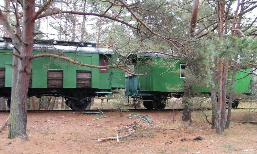 Zabytkowy wagon w drodze do muzeum