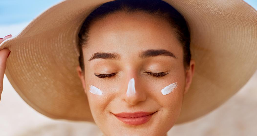 En été, notre peau mérite d'être protégée en appliquant suffisamment de crème solaire. Mais attention à ne pas négliger certaines parties du corps.