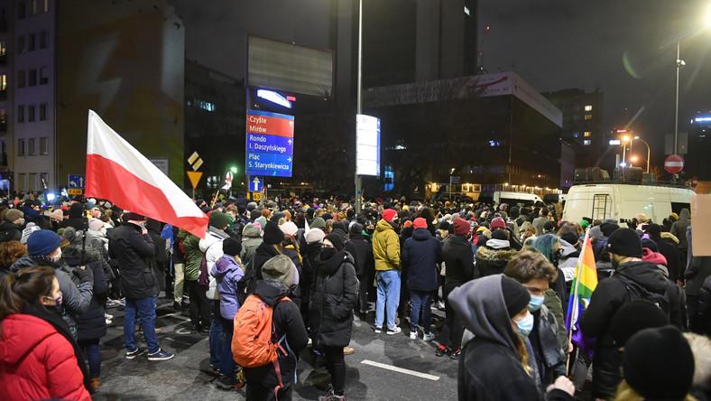 Protestujący na Nowogrodzkiej