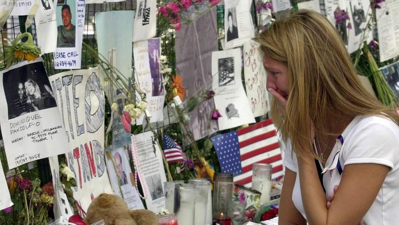 Kobieta płacze przed ścianą na Union Square w Nowym Jorku, gdzie rodziny ofiar umieszczały kartki z informacjami o bliskich zaginionych podczas zamachów