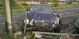 Mercedesem staranował ogrodzenie. Wracał z imprezy?