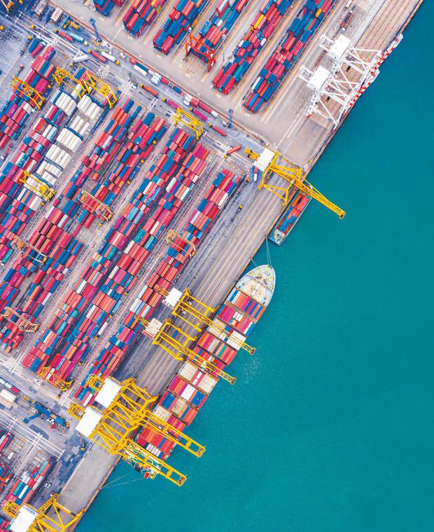Chiny wciąż są fabryką świata, ale w ostatnich latach stają się olbrzymim rynkiem konsumpcyjnym. Na zdjęciu port w Szanghaju  fot. apiguide/Shutterstock
