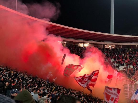 Bakljada navijača Crvene zvezde na meču sa Vojvodinom