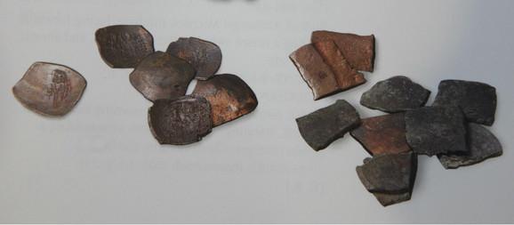 Nalaz kovnice u Rasu (detalj): Gradina iznad Pazarišta kod Novog Pazara 26 primerka bakarnog novca kralja Radoslava, 9 neistanjenih pločica za otkivanje novca, 9 pločica za kovanje novca, 2 slitka