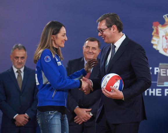 Predsednik Srbije je od Maje Ogjenović dobio loptu sa potpisima svih reprezentativki