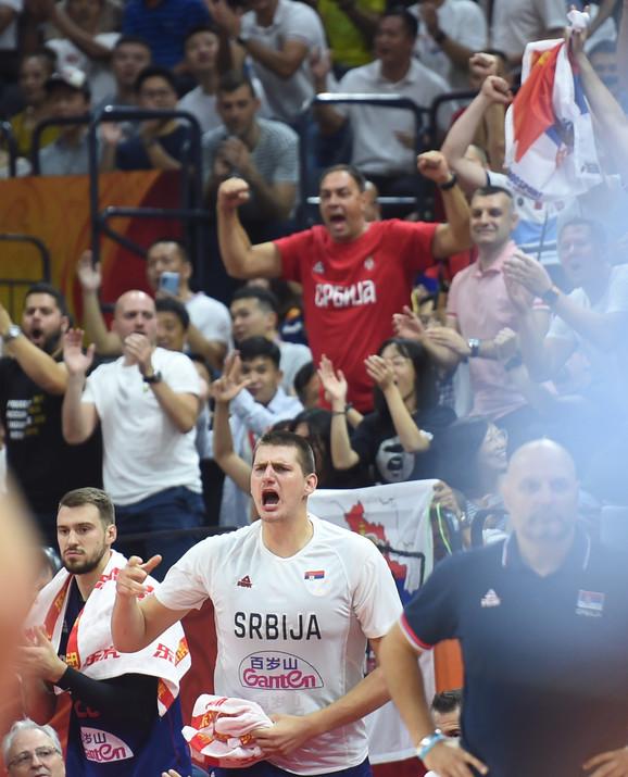 Nikola Jokić je od prvog minuta bodrio saigrače