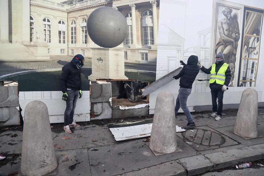 Jeden z demonstrantów w Paryżu stracił rękę