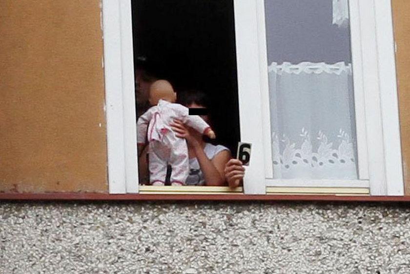 W Dębicy matka wyrzuciła niemowlę przez okno