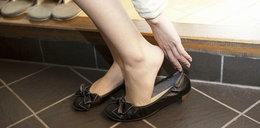 Wypada zdejmować buty w gościach? Znamy odpowiedź
