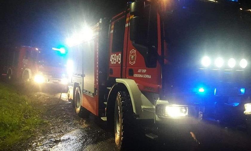 Strażacy obrzuceni kamieniami po akcji gaśniczej.