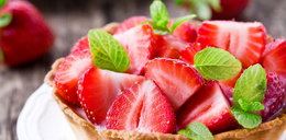Małe desery z truskawkami
