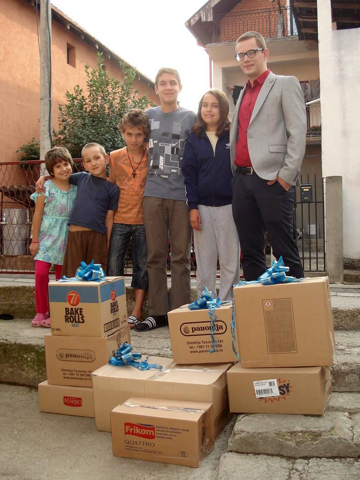 NIS01 Jovan Milic sa decom iz porodice Milivojevic foto Branko Janackovic