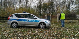 Horror na cmentarzu w Ożarowie! W trawie znaleźli martwego noworodka