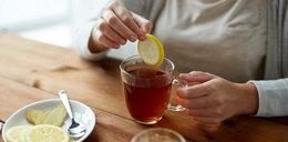 Pijasz herbatę z cytryną? Uważaj!