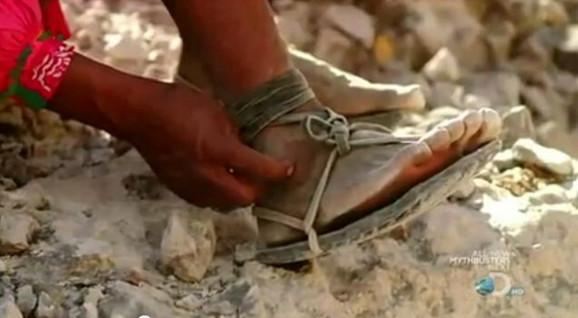 Trkači iz plemena Tarahumaros trče ili u improvizovanim sandalama...