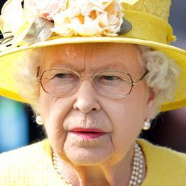 Królowa Elżbieta cała na żółto na wyścigach konnych