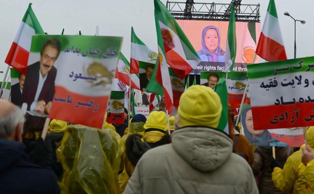 Kilkaset osób pochodzenia irańskiego manifestowało wczoraj przed Stadionem Narodowym. Domagali się zmiany władzy w Teheranie