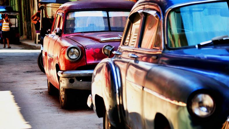 Skąd na Kubie tyle zabytkowych samochodów? To efekt wprowadzonego przez USA w 1962 roku embarga. Na wyspę przestały przypływać samochody, które reżim Fidela Castro uznał za dobro kapitalistyczne, luksusowe