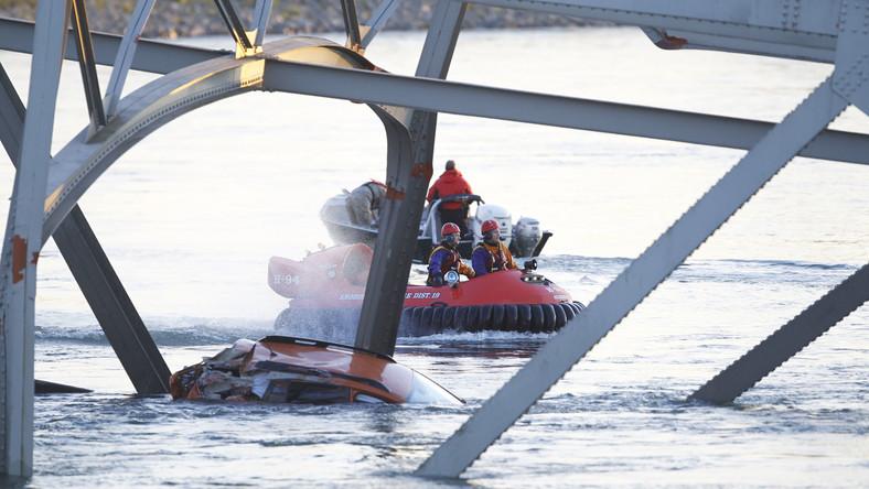 Nie wiadomo na razie, jak wiele samochodów wpadło do wody i czy są jakieś ofiary. W miejscu, w którym doszło katastrofy, woda nie jest głęboka. Samochody wystają nad powierzchnię