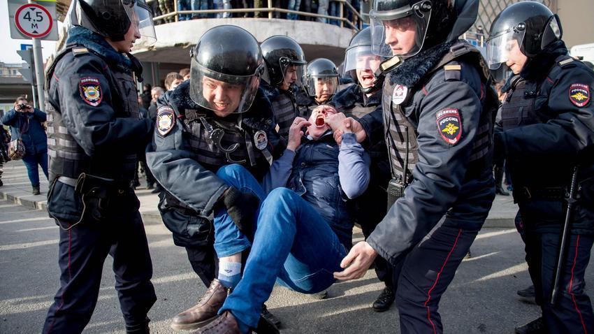 Znalezione obrazy dla zapytania protesty w moskwie i petersburgu zdjecia
