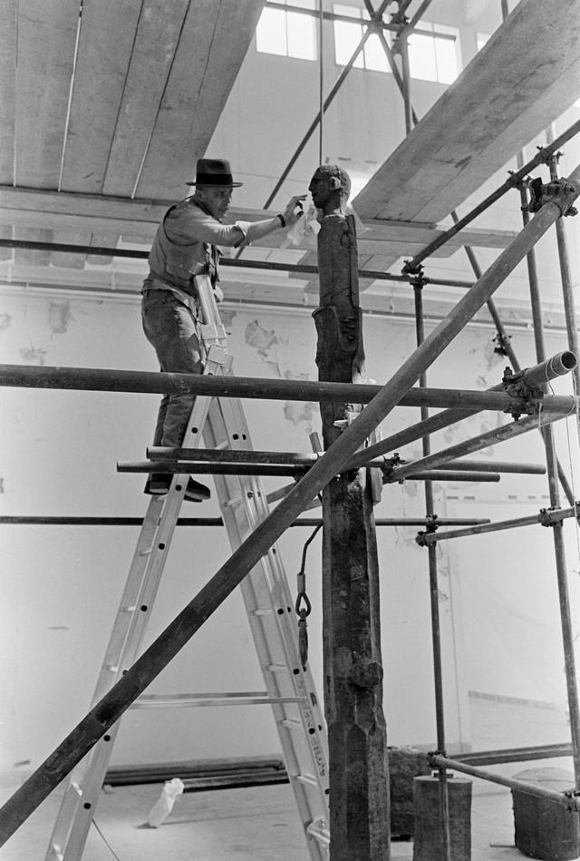 Jozef Bojs radi na Spomeniku budućnosti, izloženom na Bijenalu u Veneciji 1976.
