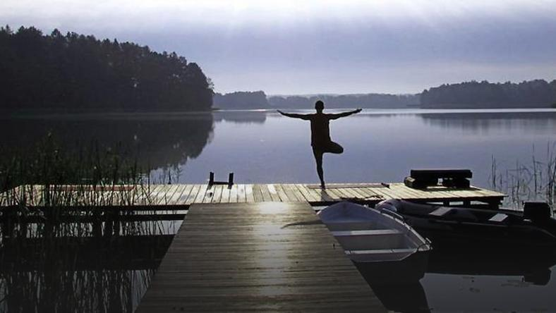Lawendowy Winiec joga nad jeziorem