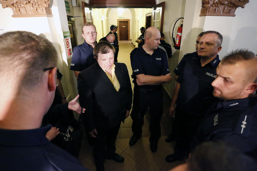 Policjant Tomasz Klimowicz przed wejściem na salę rozpraw