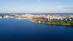 Chemiczny proces zmienia mętne jezioro w turkusowe i przejrzyste