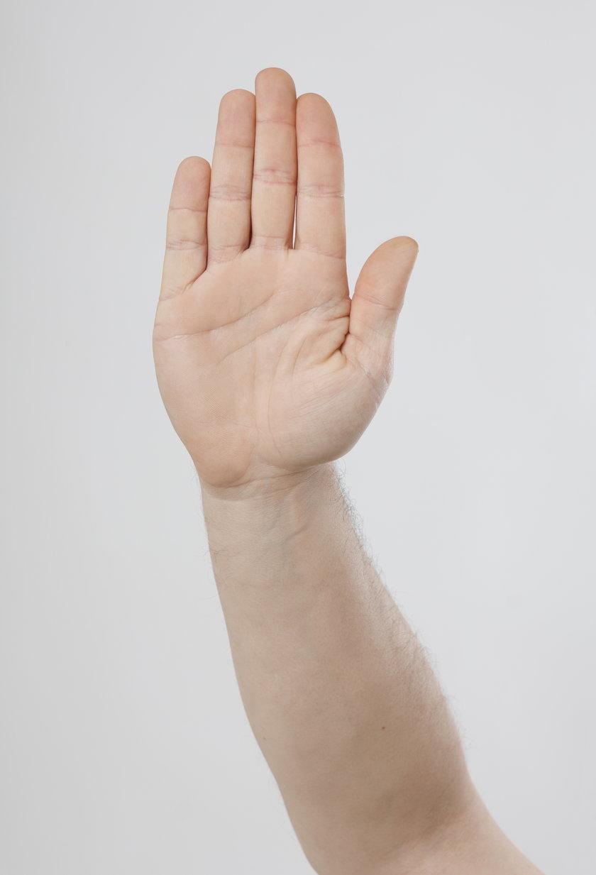 """U nas otwarta dłoń oznacza """"przybij piątkę"""","""
