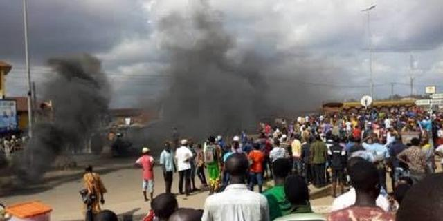 Angry mob set ablaze 3 suspected motorcycle thieves in Lagos   Pulse Nigeria