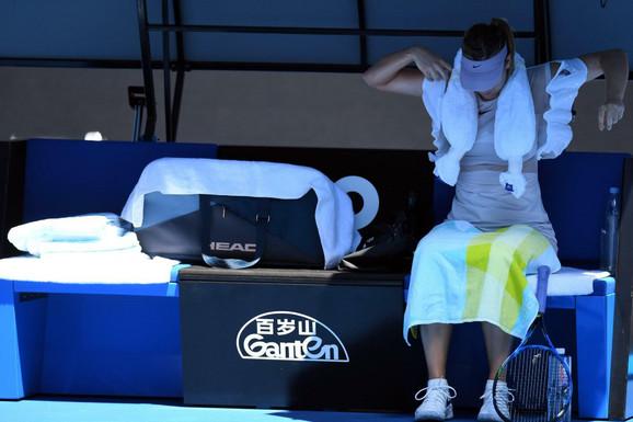Marija Šarapova se rashlađuje tokom meča