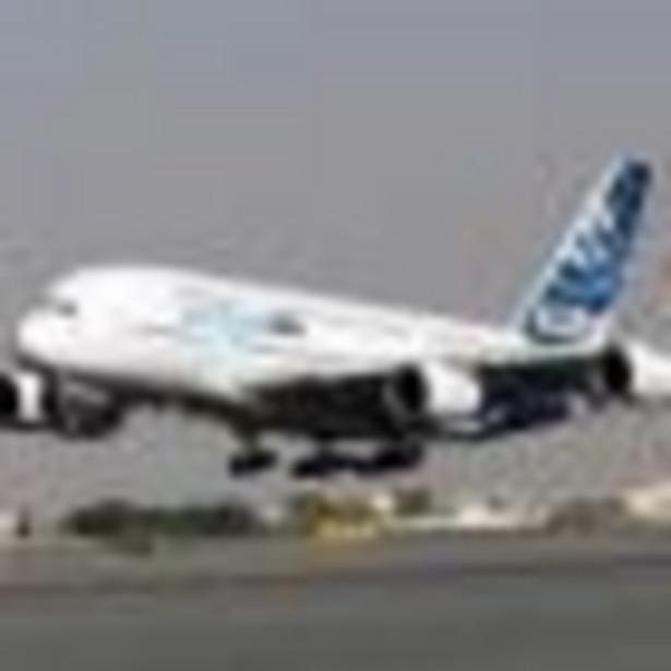 """Linie lotnicze mają przed sobą trudny rok; spadek cen paliwa nie poprawi ich kondycji z uwagi na dekoniunkturę w krajach wysoko uprzemysłowionych, zmniejszając popyt na podróże lotnicze - zauważa sobotni """"Guardian""""."""